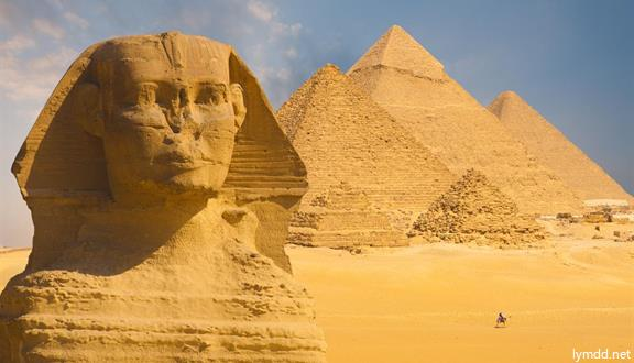对于埃及 如果你不极度向往 一定是因为对她不够了解 如果你不疯狂惊艳 一定是因为与她不曾见面 为了七千年的文明和浪漫的红海,人一生中必去一次埃及! 埃及是举世闻名的四大文明古国之一,素有世界名胜古迹博物馆之称。在尼罗河谷、地中海畔以及西部沙漠等地都发现了大量的埃及古代文明的遗迹。那神秘莫测的金字塔和狮身人面像斯芬克斯之谜,那天外飞仙般的巨大壁画和扑朔迷离的象形文字,是古埃及文明的象征。  【食】美食诱惑: 红海回开罗特别安排富人区餐厅享用当地纯正美食,避免酒店打包生冷餐盒,亚历山大安排特色海鲜餐 【住】