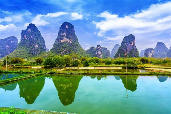 """漓江风景区是世界上规模最大,风景最美的岩溶山水游览区,漓江兼有""""山"""